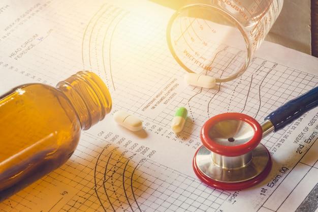 Conceito de tratamento médico. análise do diagnóstico da continuação do paciente da carta médica com o estetoscópio para o doutor no hospital.