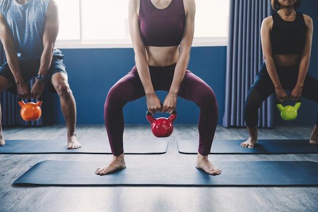 Conceito de treino; jovens praticando exercícios em sala de aula