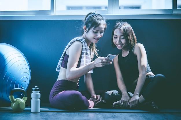 Conceito de treino; mulher jovem, sentindo relaxar na aula de yoga