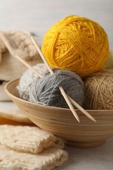 Conceito de tricô com bolas de lã, close-up.