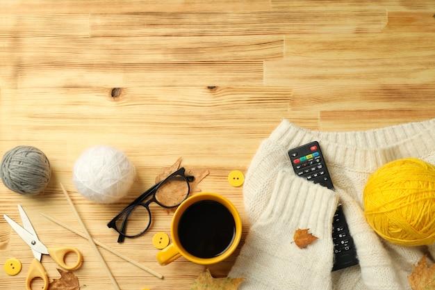 Conceito de tricô com bolas de lã na mesa de madeira.