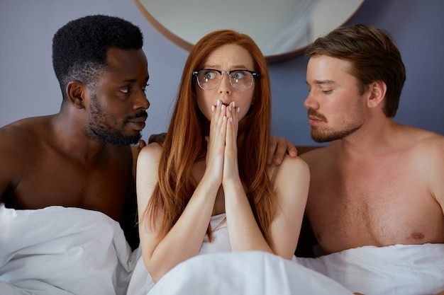 Conceito de trio com pessoas que vão fazer sexo em grupo juntas