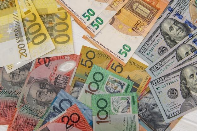 Conceito de troca de dinheiro com aud, usd e eur