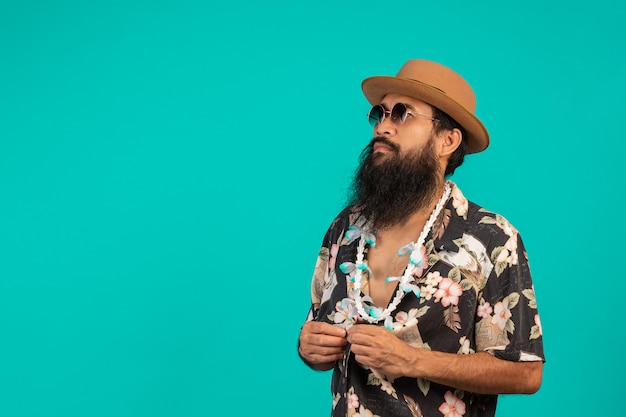 Conceito de turistas do sexo masculino que têm barba longa, usando um chapéu em um azul.