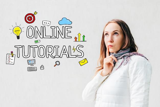 Conceito de tutoriais on-line - garota em um espaço em branco com texto e ícones, smartphone.