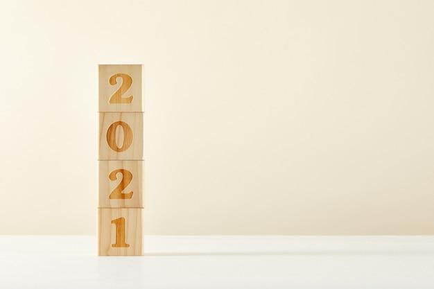 Conceito de um novo ano - cubos de madeira com números 2021