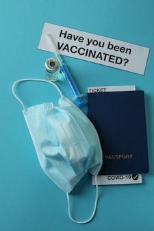 Conceito de vacinação com o texto você foi vacinado na mesa azul