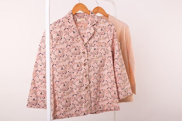 Conceito de varejo de roupas. pijama de senhora em cabides na loja de roupas. pijama na loja. anunciar