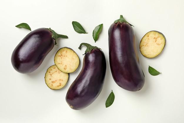 Conceito de vegetais crus com beringelas isoladas