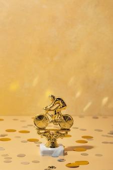 Conceito de vencedor com bicicleta dourada