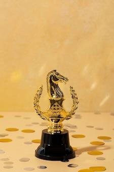 Conceito de vencedor com cavalo dourado