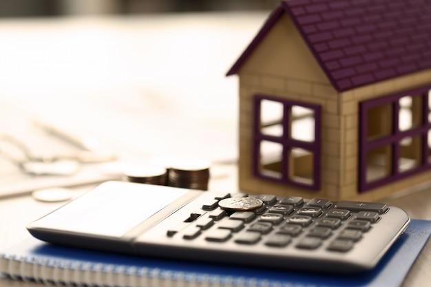 Conceito de venda de empréstimo de propriedade imobiliária de moedas em casa