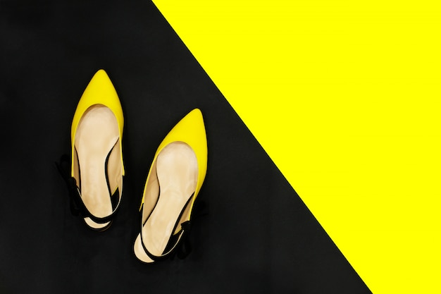 Conceito de venda de sapatos de verão amarelo e preto