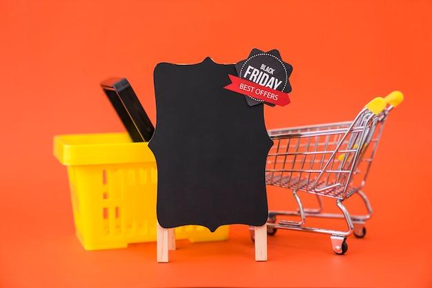 Conceito de venda de sexta feira preta com cesta e placa