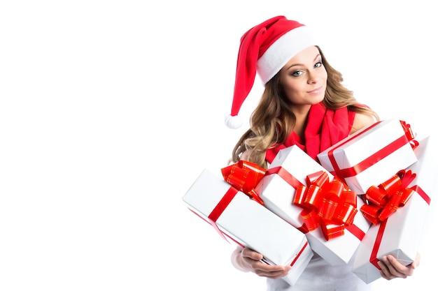 Conceito de venda e compras de natal. mulher jovem e bonita com presente de natal isolado.