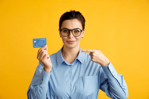 Conceito de venda online. mulher de negócios elegante com cartão de crédito azul.