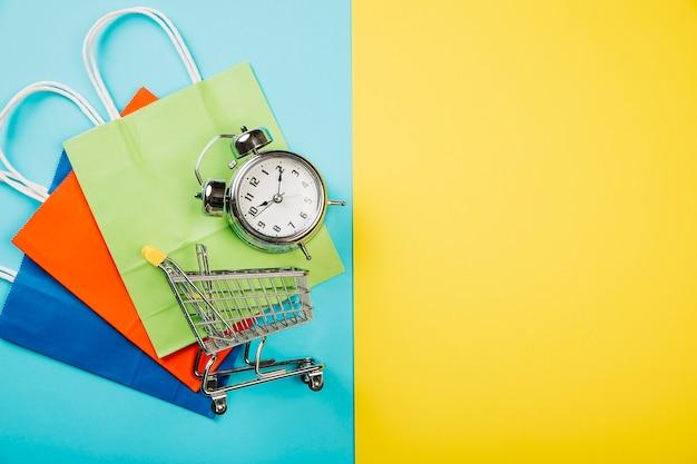 Conceito de vendas com carrinho e alarme em sacos