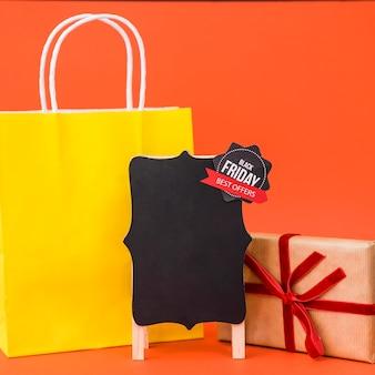 Conceito de vendas de sexta feira preta com caixa de bordo e presente