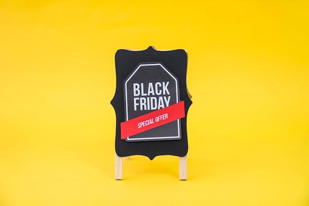 Conceito de vendas de sexta feira preta com etiqueta a bordo