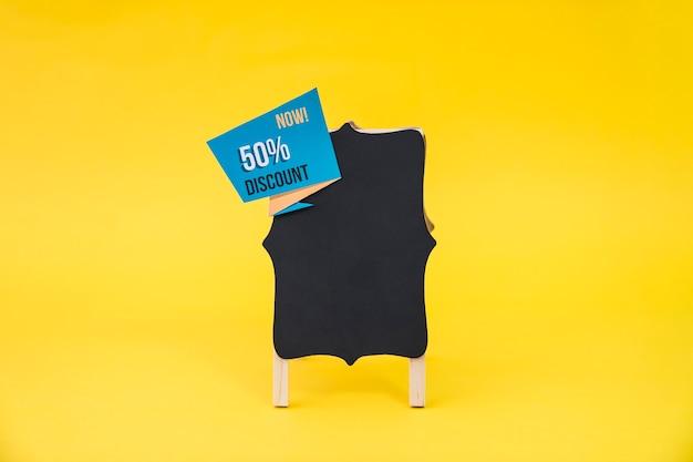 Conceito de vendas de sexta feira preta com placa e etiqueta de origami