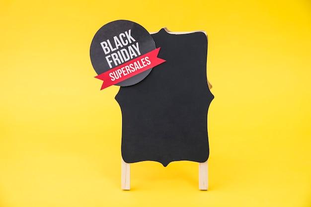 Conceito de vendas de sexta feira preta com placa em fundo amarelo