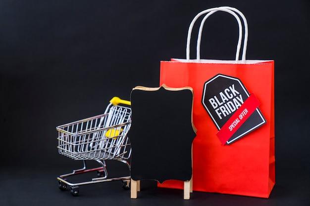 Conceito de vendas de sexta feira preta com saco de compras vermelho