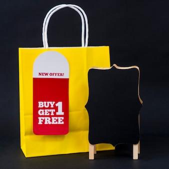 Conceito de vendas de sexta feira preta com saco e cartão
