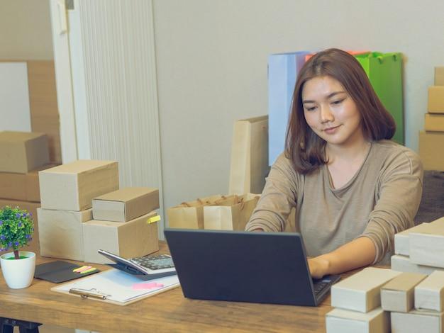 Conceito de vendedor on-line de negócio em casa