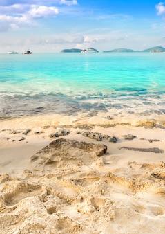 Conceito de verão, areia da praia e azul no céu azul