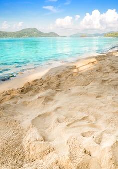 Conceito de verão, areia da praia e mar azul no céu azul
