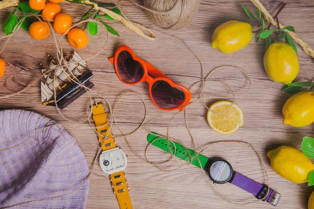 Conceito de verão com limões e relógios