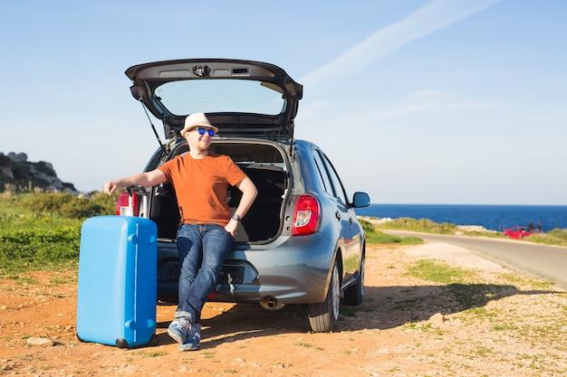 Conceito de verão, férias, viagem e férias. homem perto do carro pronto para viajar.