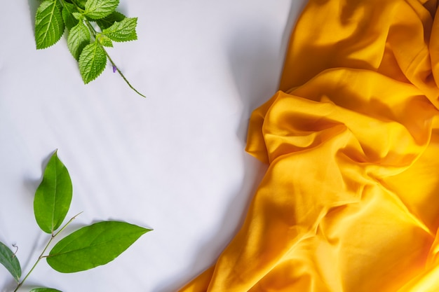 Conceito de verão. folhas verdes e lenço amarelo samambaia sobre fundo de papel branco.