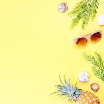 Conceito de verão tropical com acessórios de moda de mulher, folhas e abacaxi em fundo amarelo. vista plana, vista superior