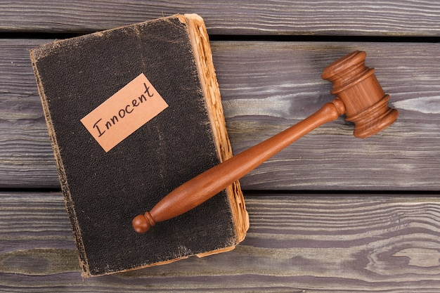 Conceito de veredicto de julgamento inocente. livro de vista superior e martelo do juiz.