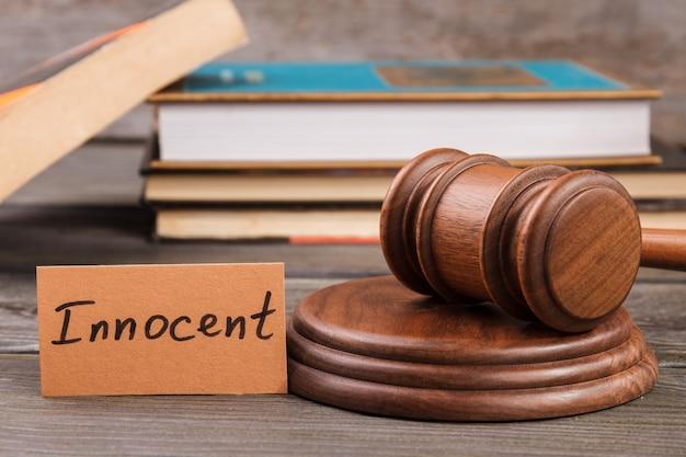 Conceito de veredicto inocente. martelo e pilha de livros de direito.