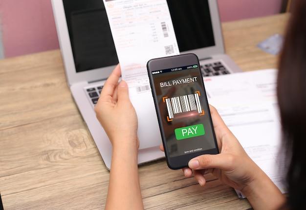 Conceito de verificação de código de barras de pagamento de conta móvel