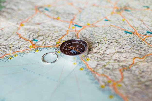 Conceito de viagem com fundo do mapa
