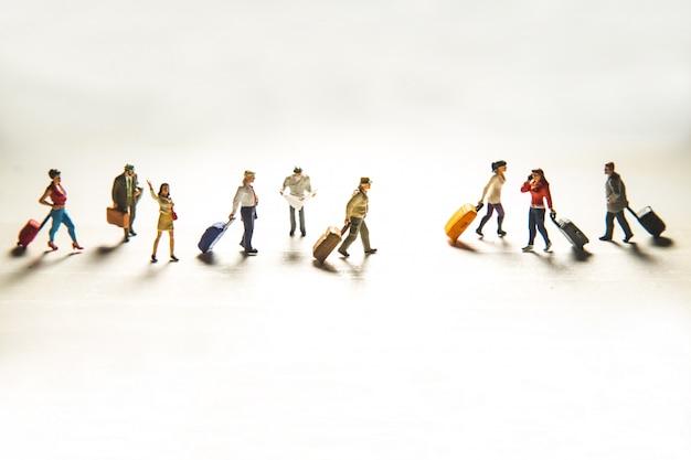 Conceito de viagem com grupo de viajantes em miniatura