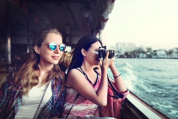 Conceito de viagem da fotografia do feriado do lugar frequentado da amizade das meninas