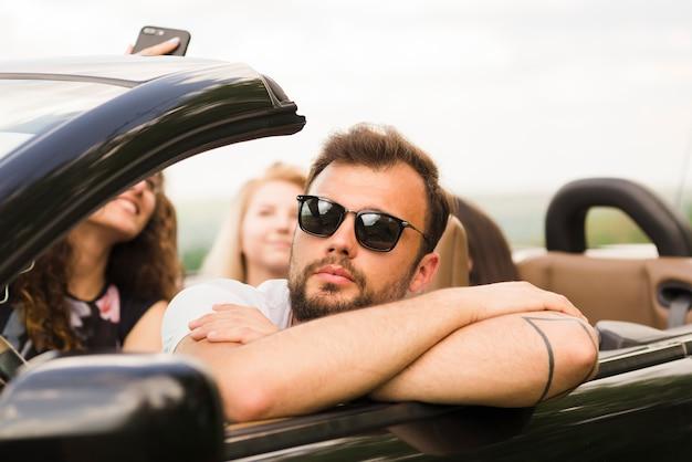 Conceito de viagem rodoviária com grupo de amigos