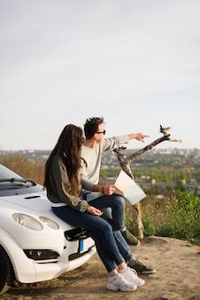 Conceito de viagem rodoviária com o jovem casal