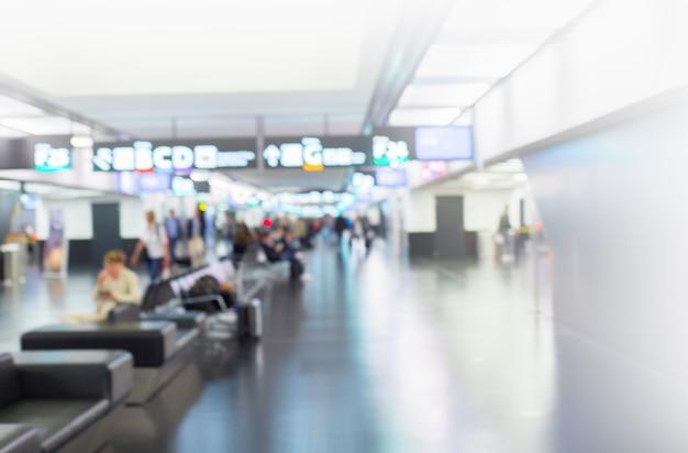 Conceito de viagem. terminal do aeroporto turva a multidão de pessoas que viajam no fundo.
