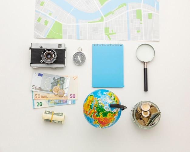 Conceito de viagens com arranjo de elementos