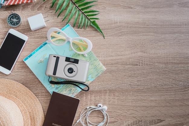 Conceito de viagens com câmera de filmes para smartphone e roupa de viajante