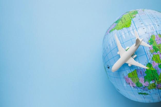 Conceito de viagens com globo