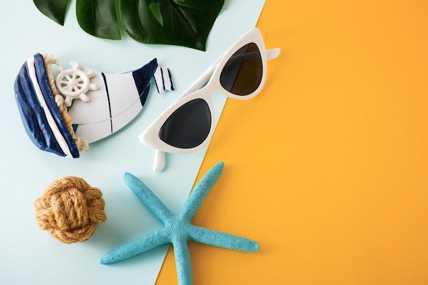 Conceito de viagens de férias de verão em fundo amarelo e azul