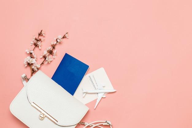 Conceito de viagens de turismo bolsa branca feminina com passaporte internacional