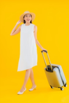 Conceito de viagens do retrato de mulher jovem asiática bonita com bagagem.