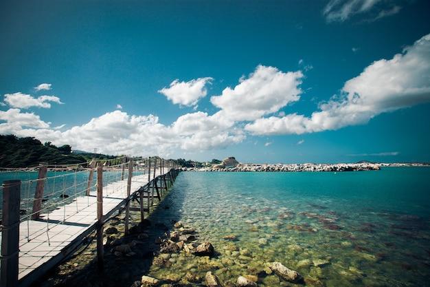 Conceito de viagens e férias - ponte de madeira, mar, férias, tempo feliz